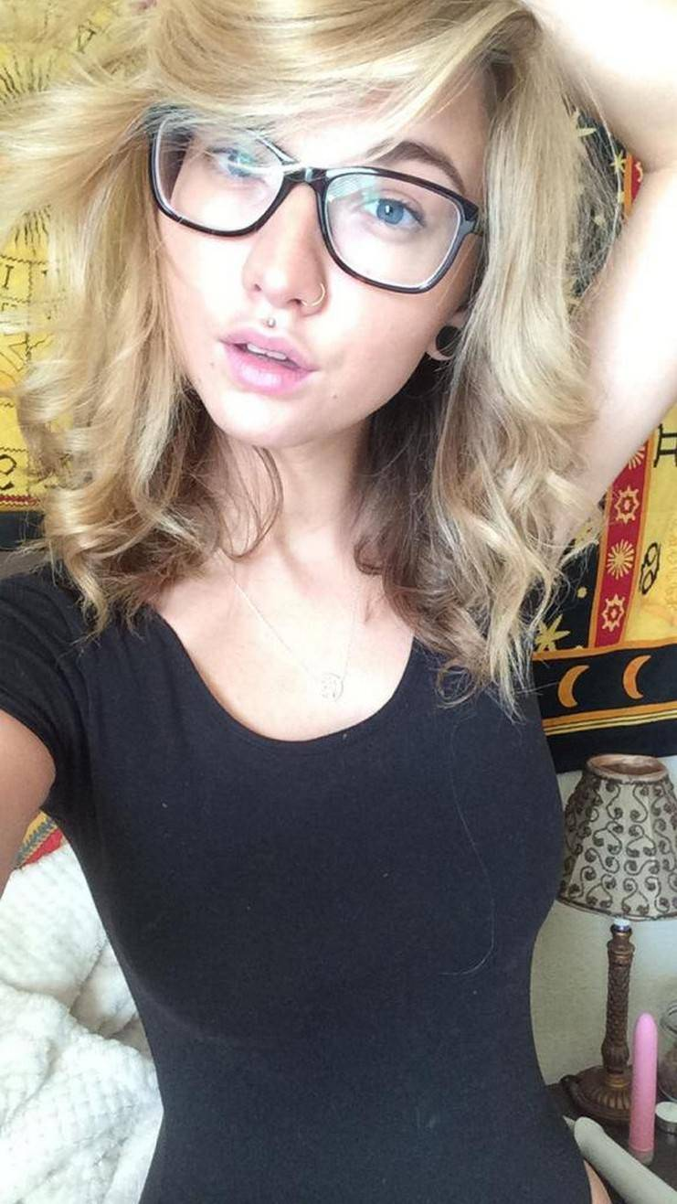 Молоденькая блондинка с пирсингом сосков делает горячие селфи