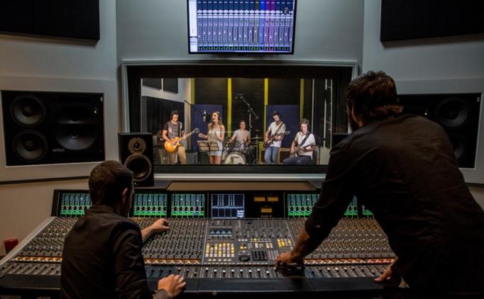 Что звучит в наушнике у артистов, когда они исполняют песни?