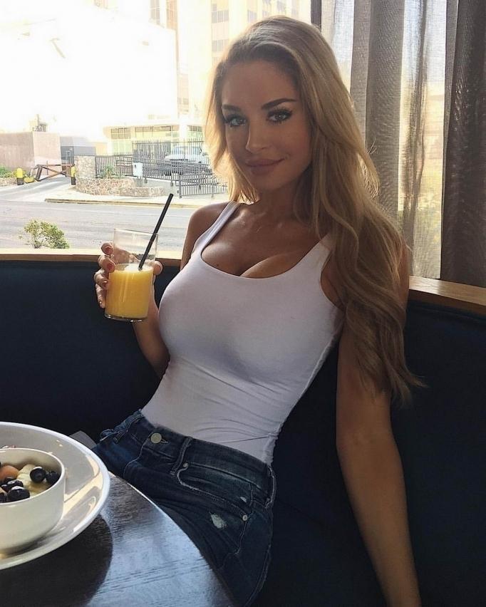 Горячие и красивые девушки с большим бюстом