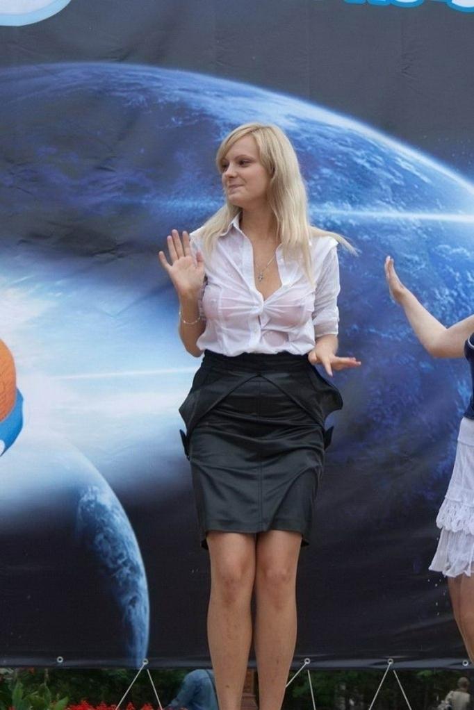 Девушки легкой, прозрачной одежде в жаркие летние дни
