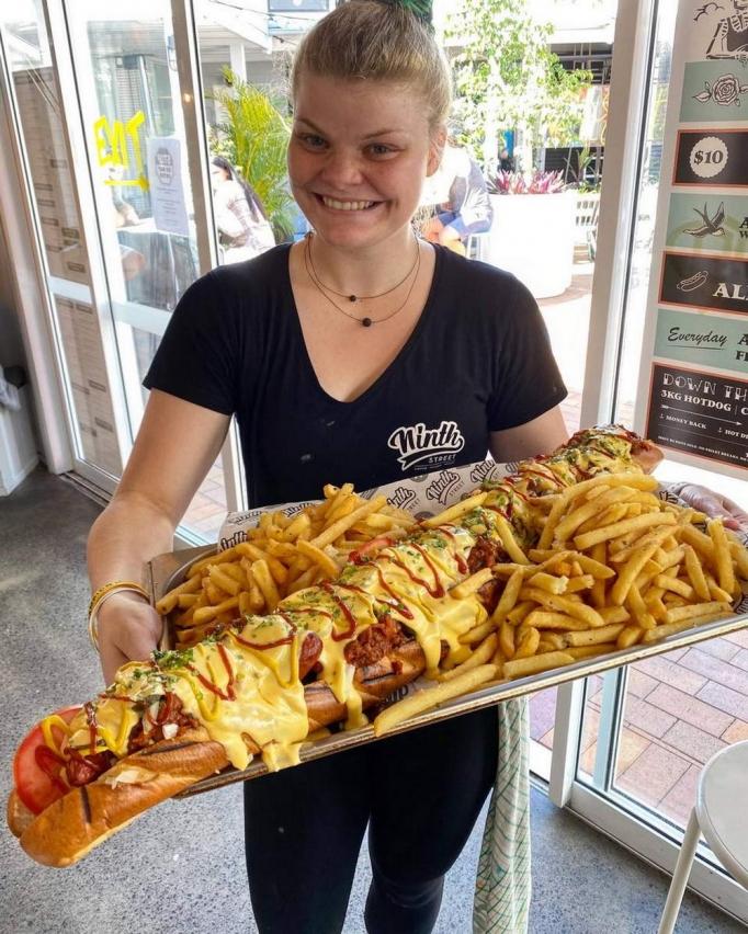 А вам слабо съесть трехкилограммовый хот-дог за 30 минут?