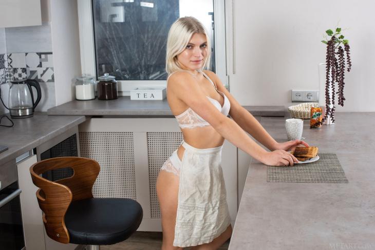 Блондинка встала раком на кухне без трусов - Фото НЮ