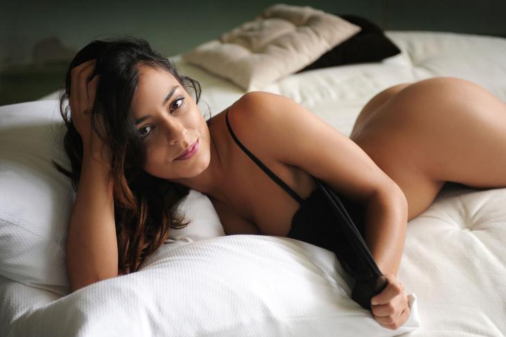 Брюнетка раздвинула ножки в постели - Фото НЮ