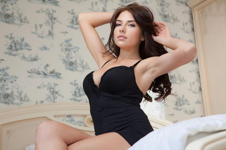 Грудастая красотка в спальне на кровати - Фото НЮ