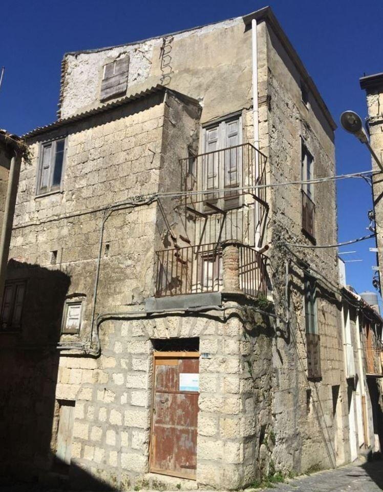Женщина воспользовалась выгодным предложением и купила дом за один евро