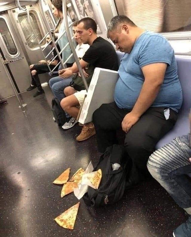 Бедный мужик с пиццей, точнее уже без неё..