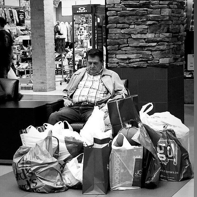 Мужчины с женщинами на шоппинге
