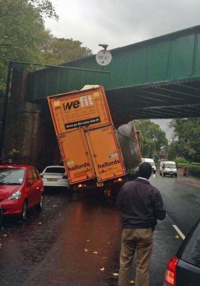 Не получилось проехать под мостом