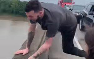 Ему надоела пробка, и он прыгнул с моста…