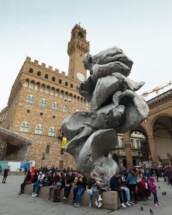 Максим Галкин раскритиковал установку на Болотной площади 12-метровой скульптуры