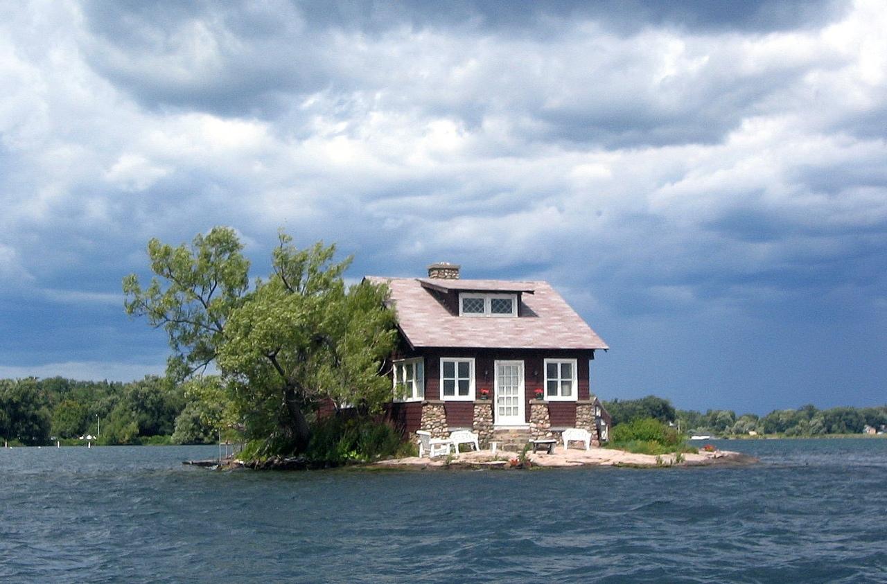Самый маленький обитаемый остров в мире на реке Святого Лаврентия, вдоль границы Канады и США