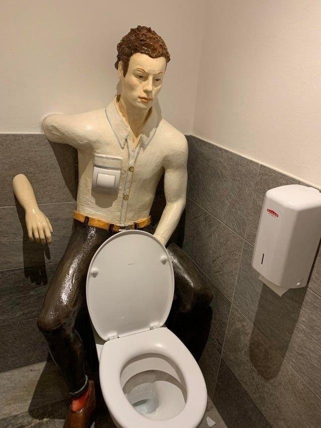 Странные туалетные комнаты