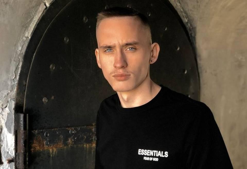 В Владивостоке молодой человек продал свою шею под рекламу