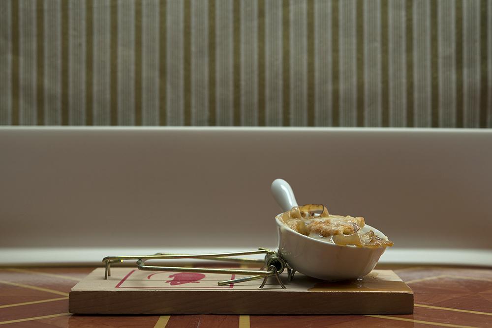 А все — таки вкусное блюдо… В мышеловке…
