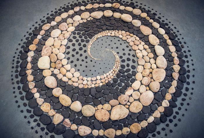 Необычные композиции из камней в разных местах Уэльса