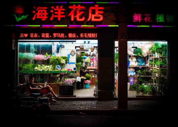 Неоновые вывески и вечная торговля в Шанхае