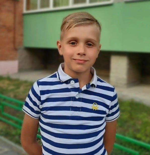 Школьник из Копейска Паша Никитин вместе с компанией друзей сдаёт макулатуру