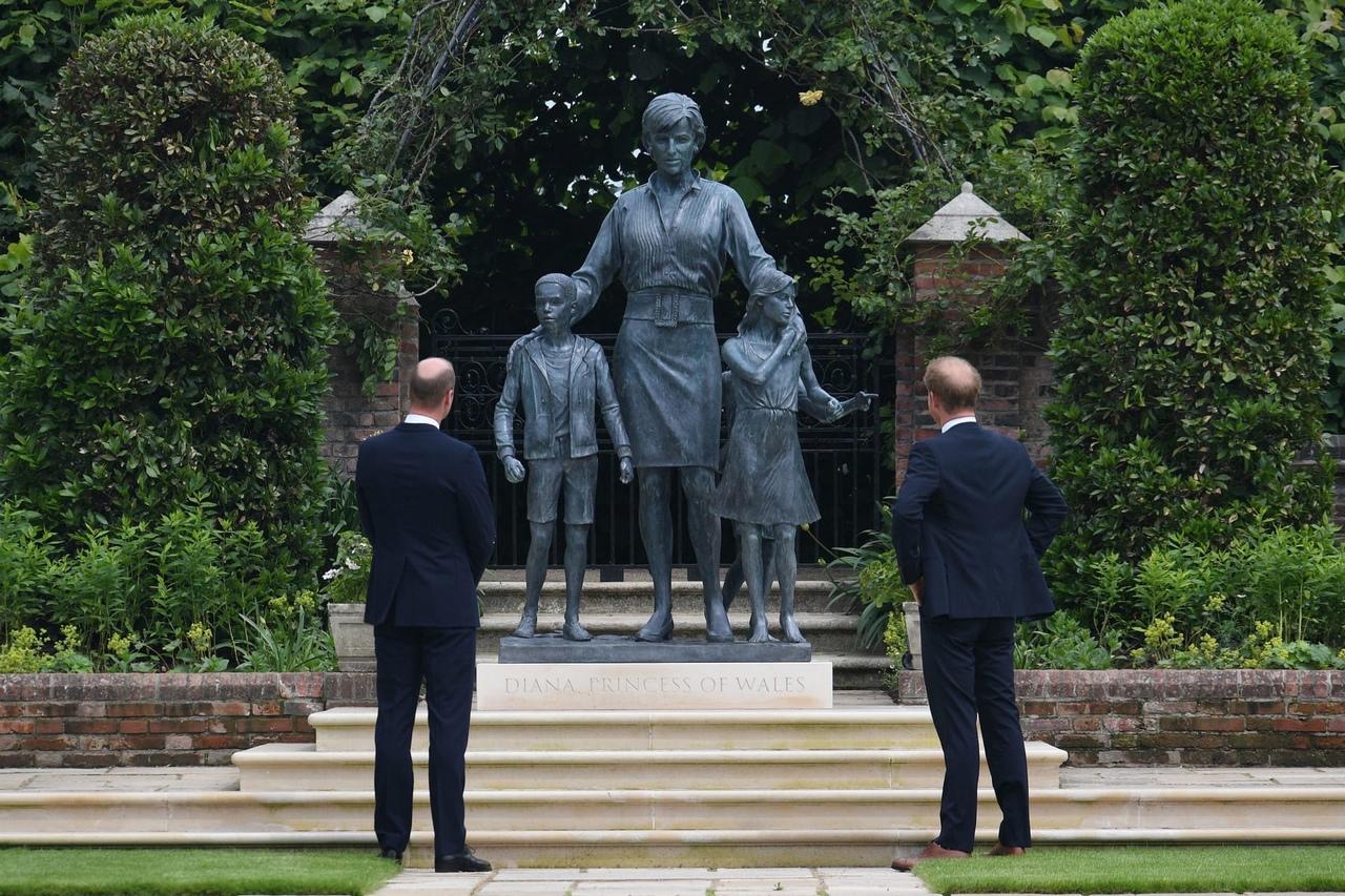 Принцы Уильям и Гарри открыли памятник принцессе Диане в Лондоне