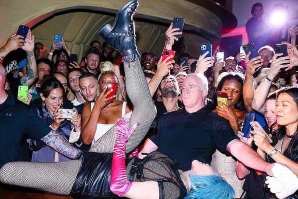 Мадонна выступила в гей-клубе в откровенном наряде с обнаженной грудью