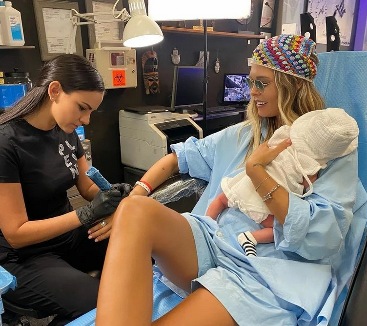 Горбань сделала тату с новорожденным сыном на руках