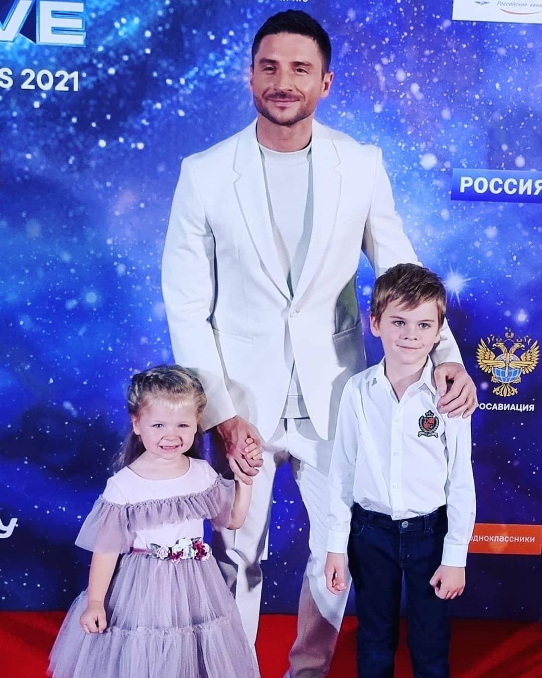 Папины очаровашки: дети Лазарева вышли на красную дорожку