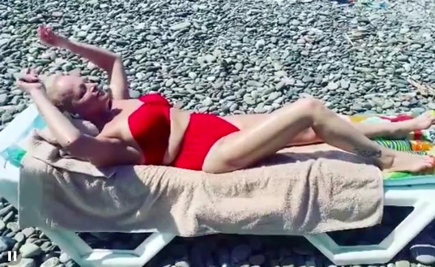 65-летняя Лариса Долина кайфует без косметики и фильтров